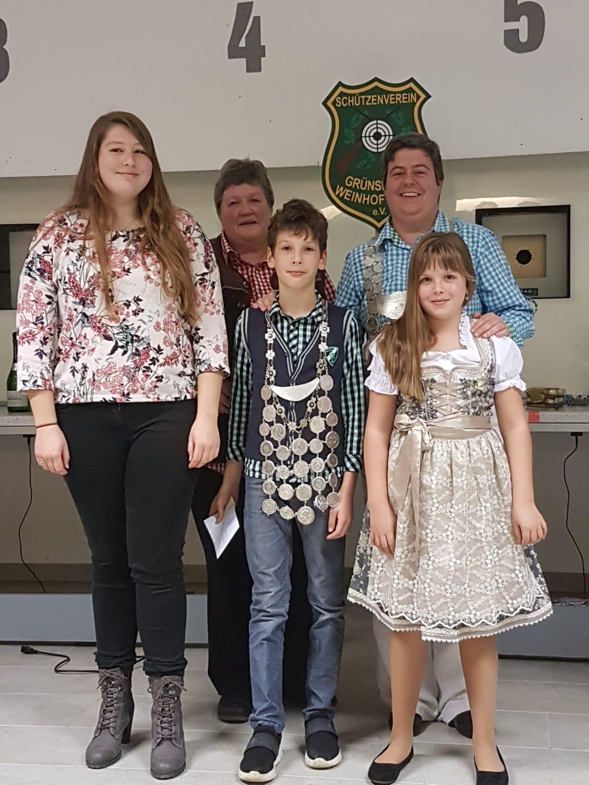 Jugendkönig Florian Frank mit seinen Ritterinnen Chiara Amato und Hanna Eckstein