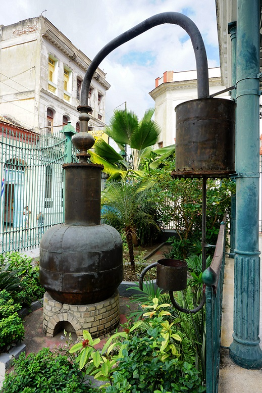 Vor dem Museo del Ron in Santiago de Cuba-came.saw.travelled-Reiseblog-Reise-Inspiration-Kuba-Trip