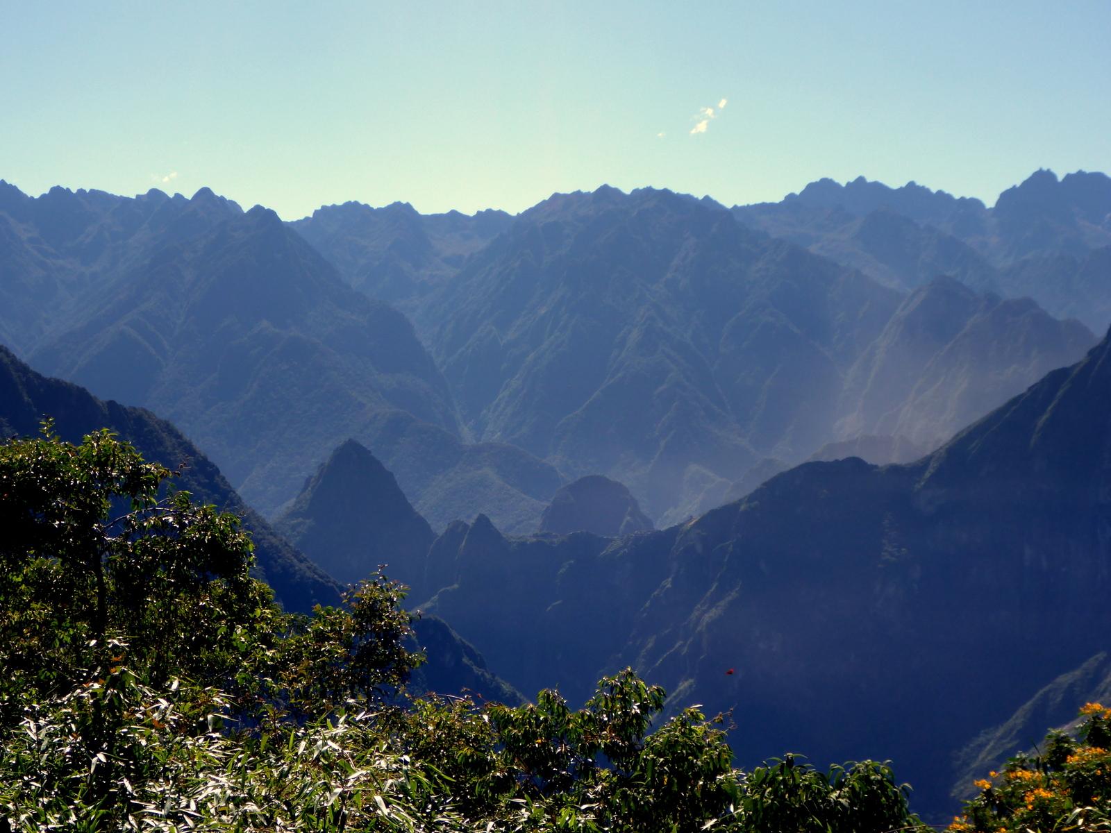 n der Mitte links der Machu Picchu