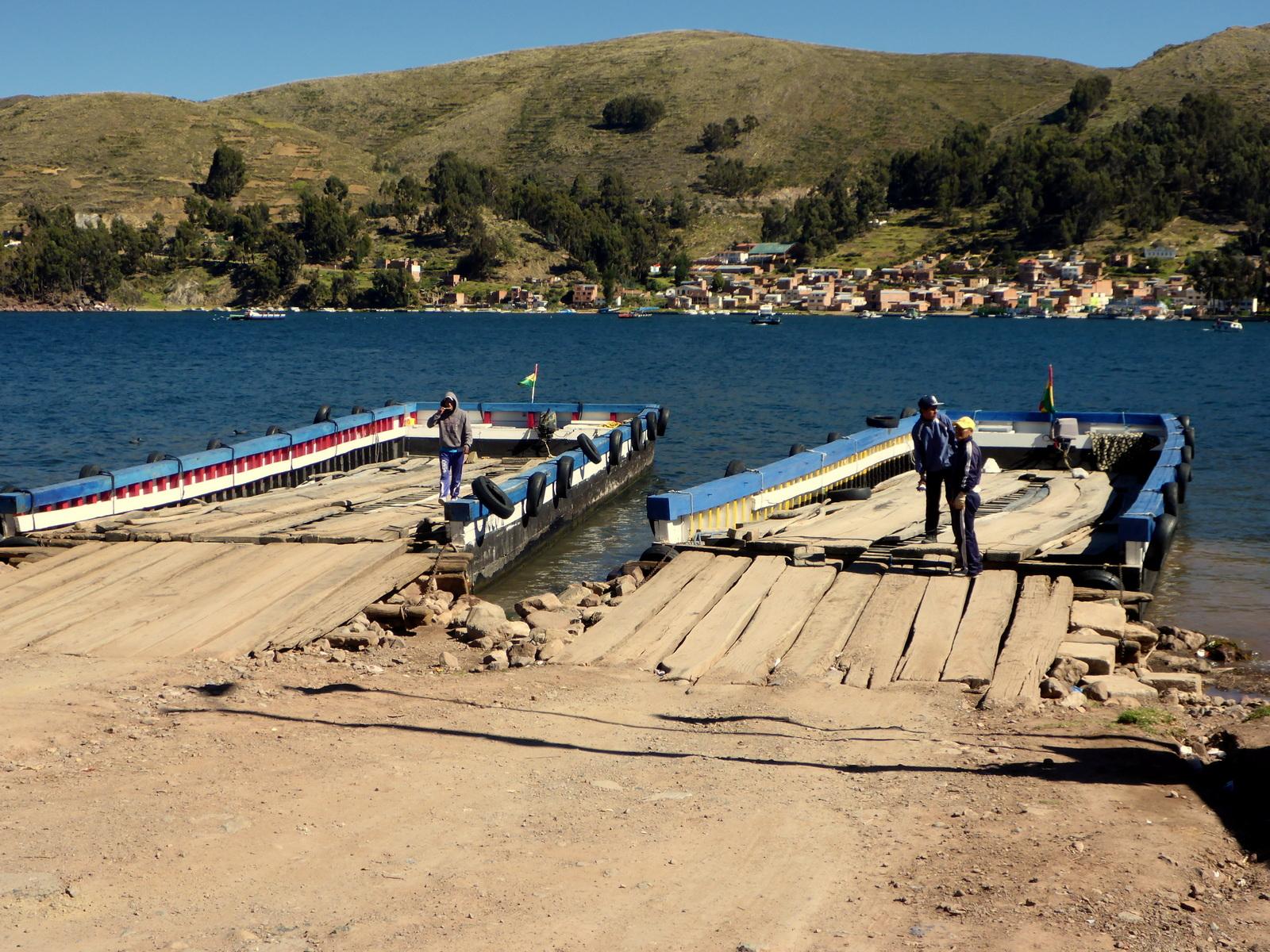 Überfahrt mit der Autofähre ans andere Ufer des Titicacasees
