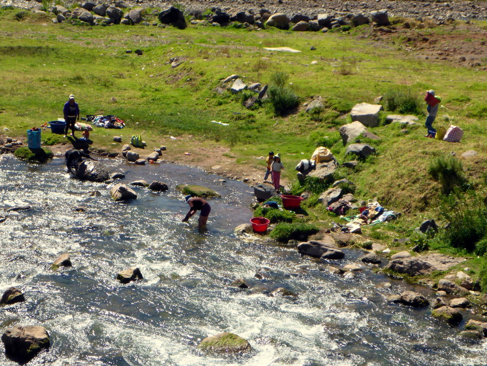 Egal ob Kleider Auto oder Menschen alles wird im Fluss gewaschen...