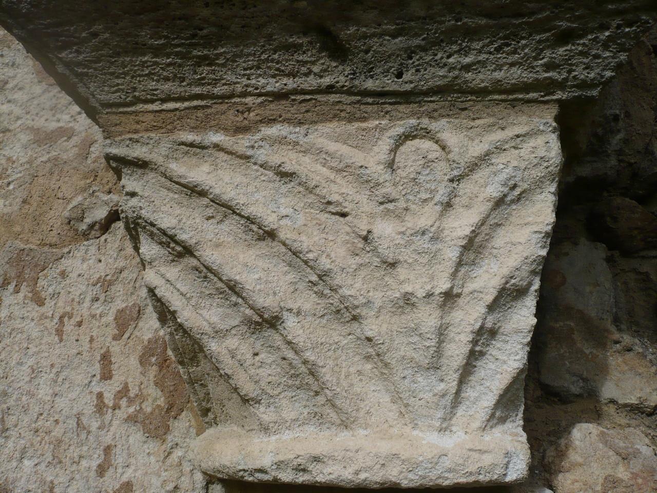 Chapiteau à chevrons galerie Nord du cloître XII°S