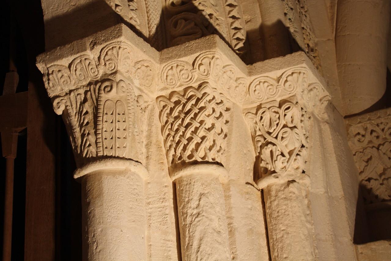 Chapiteaux entourant le portail intérieur de l'avant nef milieu XII°S