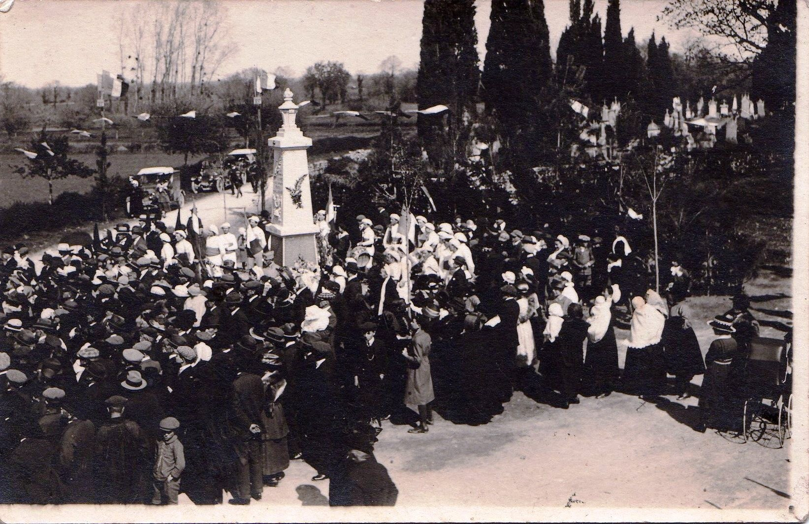 Inauguration du monument aux morts de Sainte-Gemme en avril 1922.