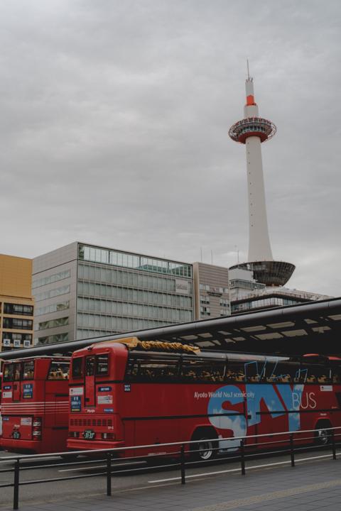 滋賀への道は、まず新幹線で京都へ。駅前の京都タワー
