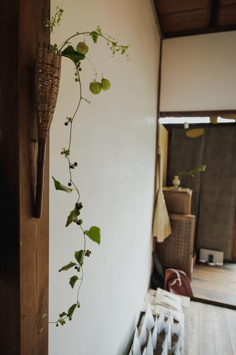 煤竹を用いた掛け花入(竹工芸家 初田徹 作)
