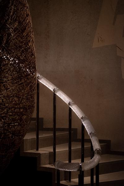 美術館の螺旋階段に、竹工芸のインスタレーションが