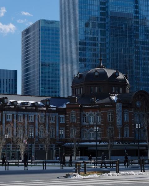 東京駅の背後は青空でも高層ビルでも違和感がありません