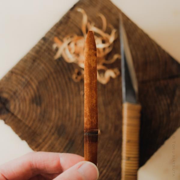 小刀で笹葉形の輪郭に削ってゆきます