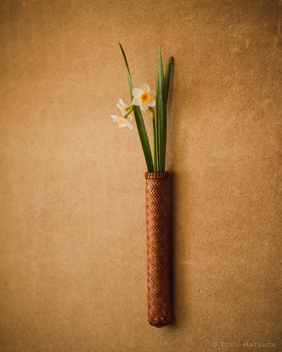 15年前に編んだ竹籠に日本水仙を入れる