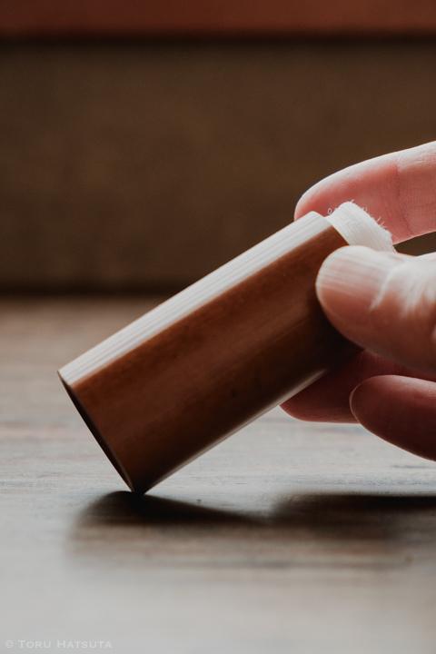 茶巾筒の本来の用途は茶巾を入れること(竹工芸家 初田徹 作)