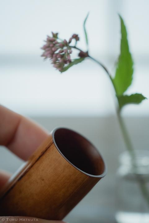 煤竹茶巾筒の内側は薄く削り、内外に拭き漆の仕上げ(竹工芸家 初田徹 作)