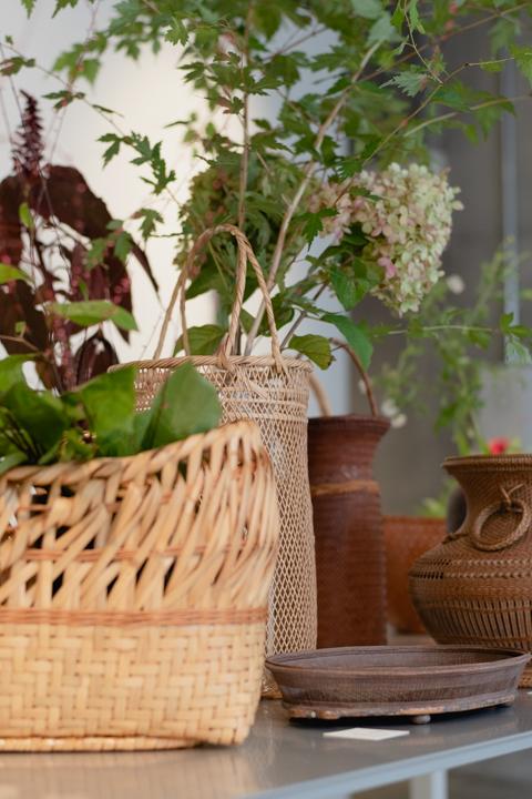 古物の竹籠に平井かずみさんの花