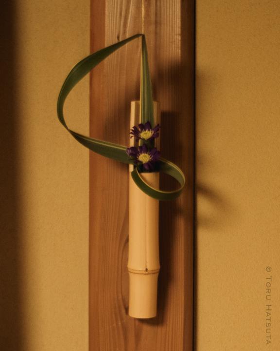 定番になりつつある白竹の一輪挿し。花:高野千彩