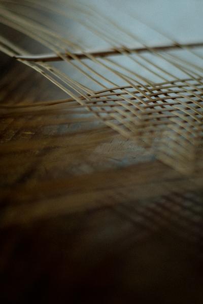 透かし編みの竹籠を編んでゆく