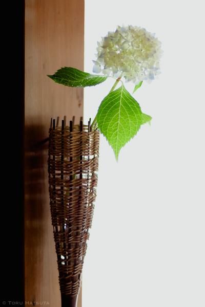 煤竹の籠に紫陽花を一輪(竹工芸家 初田徹 作)