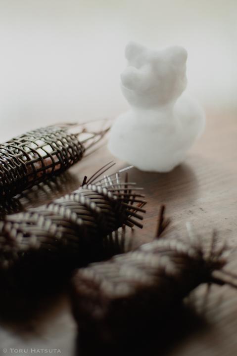 編みかけの籠と雪だるま(いぬ?)