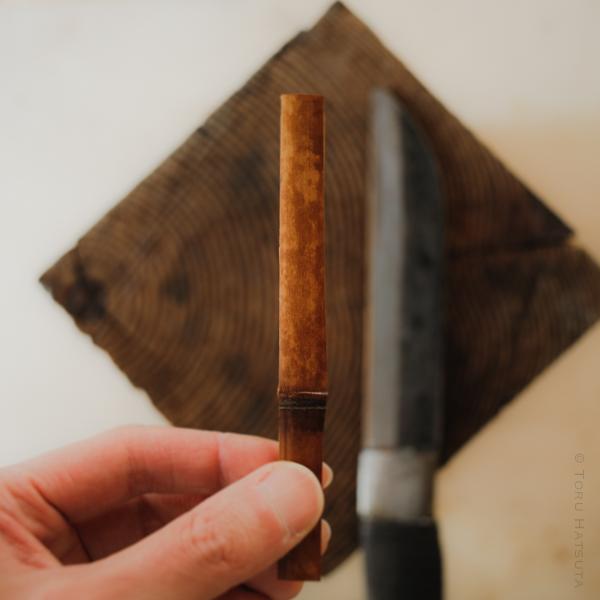 鉈で煤竹の小片をつくります