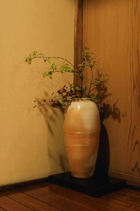 陶芸家 ユアン・クレイグさん作の壺を花入に