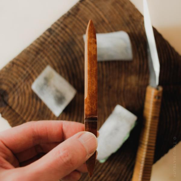 さらに輪郭を整え煤竹の裏面も削ります