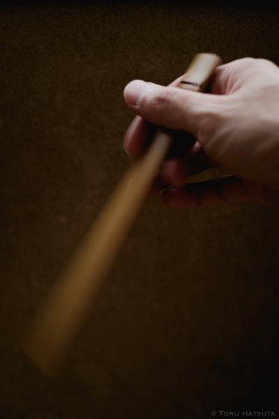 竹のパドルでコーヒーを攪拌するイメージ(竹工芸家 初田徹 作)