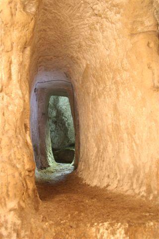 Couloir dans un souterrain aménagé de Touraine (C) L. Stevens