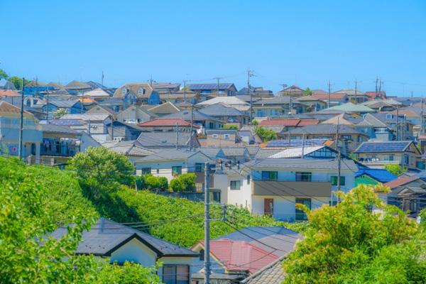 画像:横浜を代表する丘陵地帯の住宅街。山肌に沿って多くの住宅が建つ。