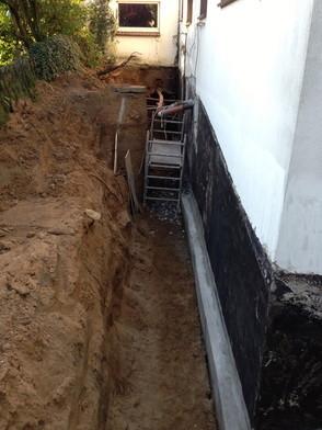 feuchter Keller hier Abdichtung, Ausschachtung, Erneuerung der Grundleitungen von außen