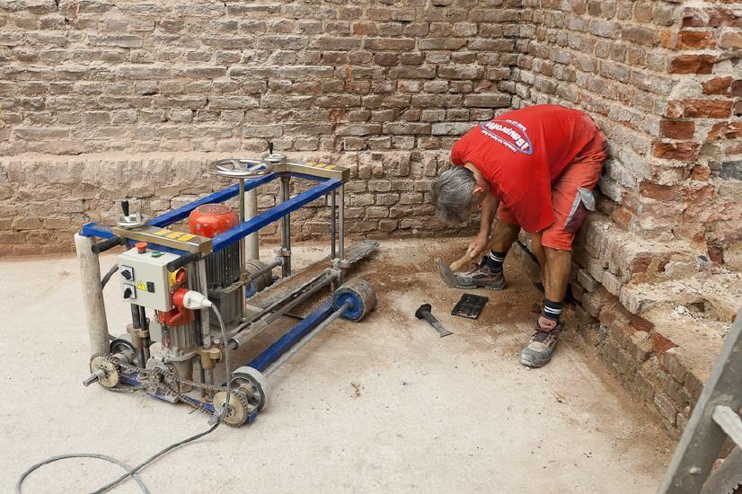 Einschlagen der Kunststoffkeile zur vorübergehenden Abfangung des Gebäudes
