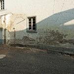 Feuchtes nasses Mauerwerk vor dem Einbau einer mechanischen Horizontalsperre im Sägeverfahren ganz ohne Chemie