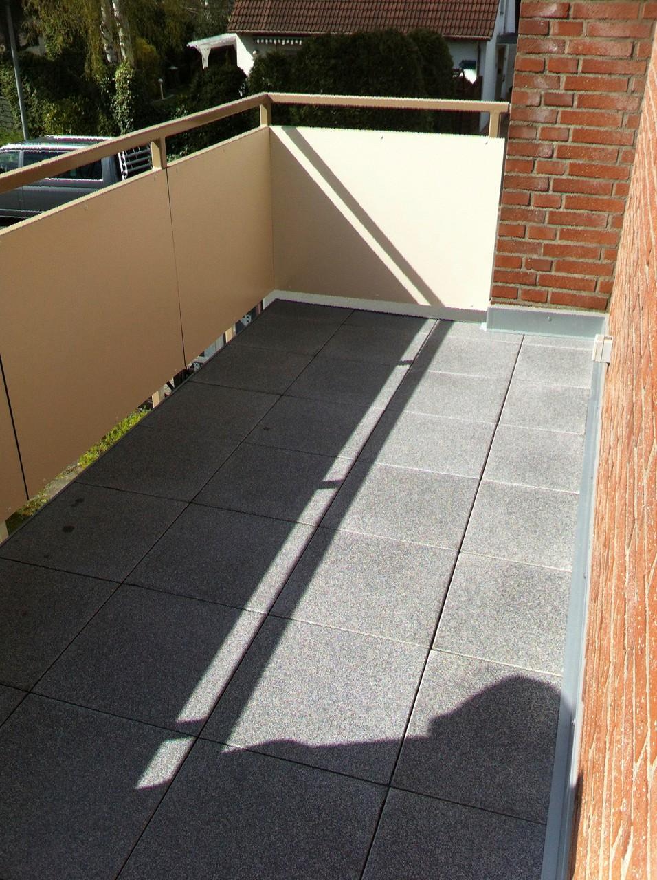 Betonwerkstein, Geländer mit Füllung aus HPL, Trespa, Werzalith, Glas oder Kunststoffprofilen