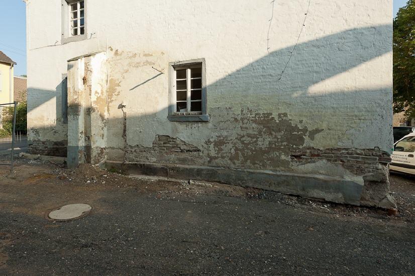Durchfeuchtetes versalzenes Mauerwerk während des Einbaus der Horizontalsperre am Helmeshof Wesseling (bei Köln)