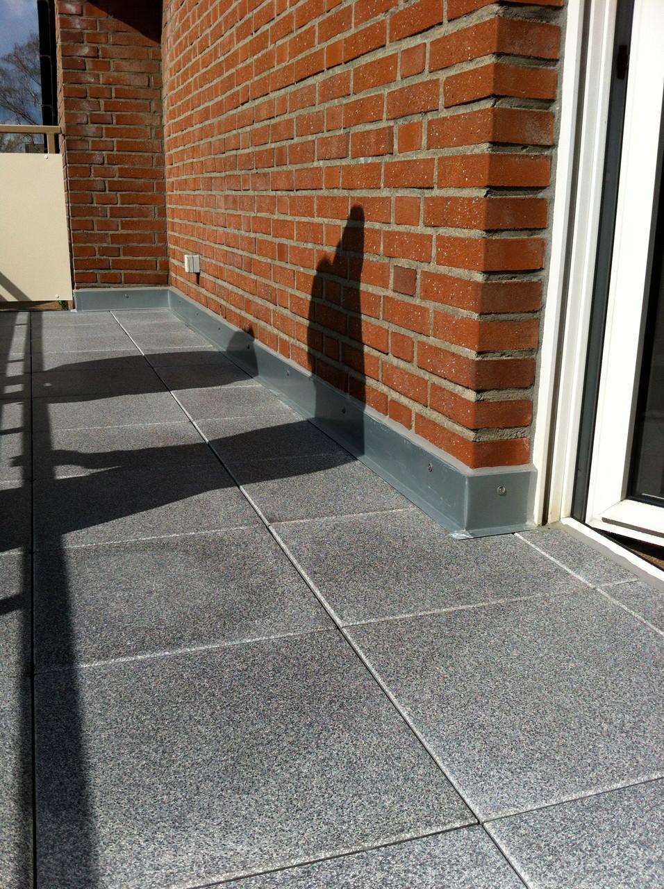 Balkonistandsetzung mit Stelzplatten Betonwerkstein oder fein Steinzeug Fliesen