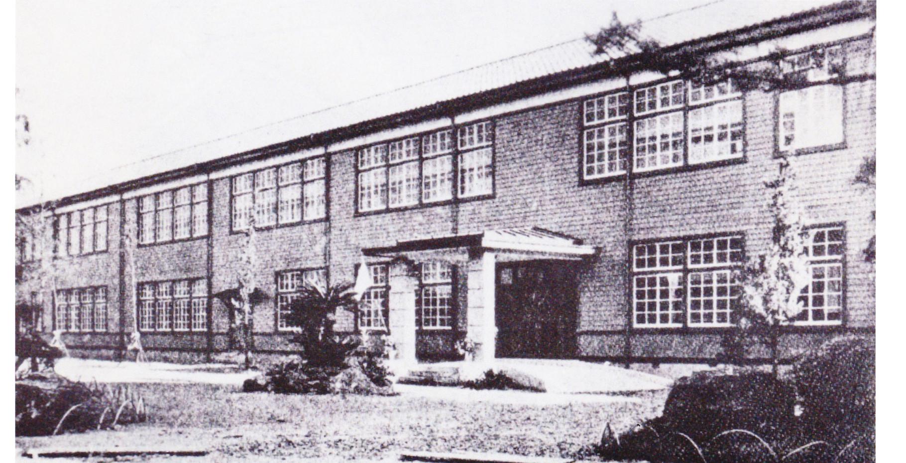 焼失前の校舎(玄関と管理棟)・・・・・昭和26年頃
