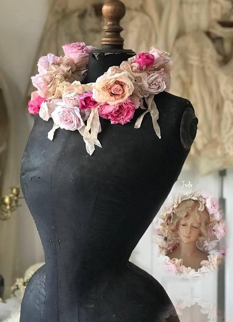 Mooie brocante gemaakte kransjes van rozen van papier. Alle kleuren worden door mij gemaakt. Het papier behandel ik op een speciale manier. Ook de modellen ontwerp ik zelf.