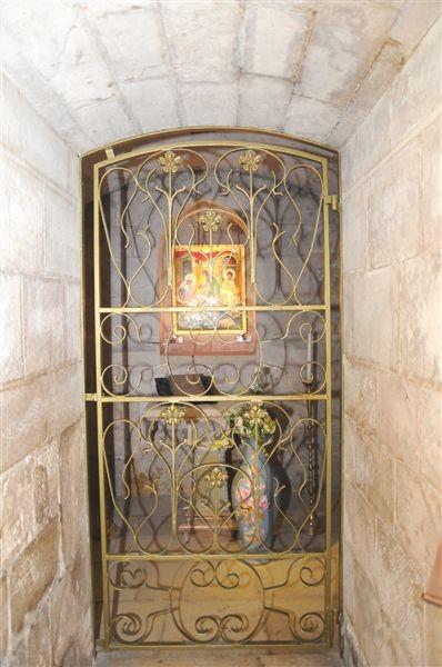 Entrada a la Gruta de la Natividad de la Virgen Niña bajo la Basilica de Santa Ana
