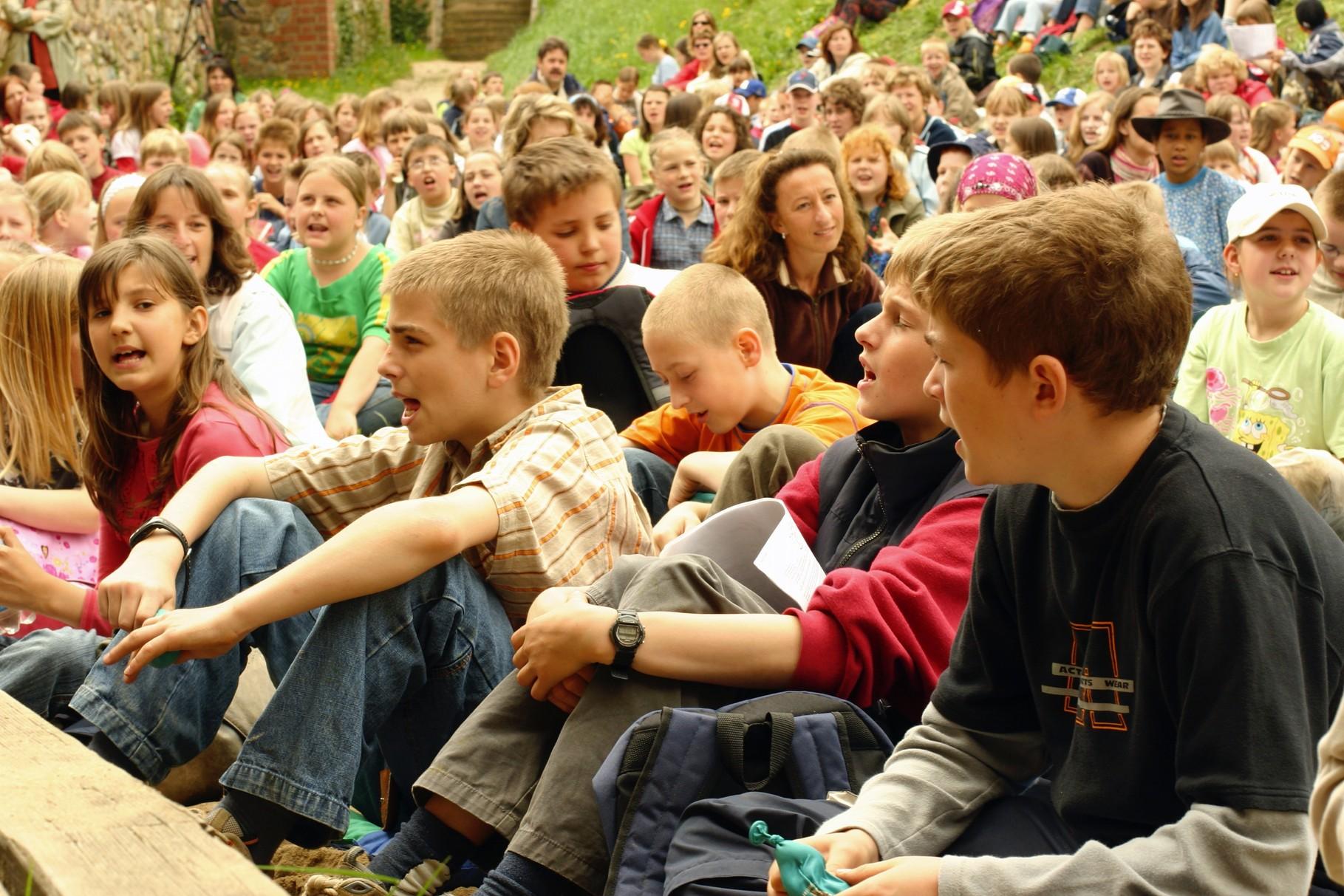 400 Kinder im Hof der Burg Eisenhardt