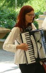 Hanna Weisgerber ist freiberufliche Tonmeisterin und Akkordeonistin
