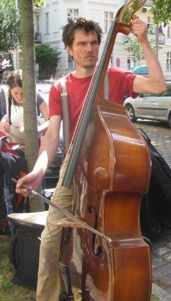 Hanz Flake begleitet uns seit 2011, er ist leidenschaftlicher Strassenmusiker mit eigenen Liedern