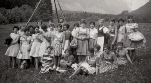 vorne links im gestreiften Kleid