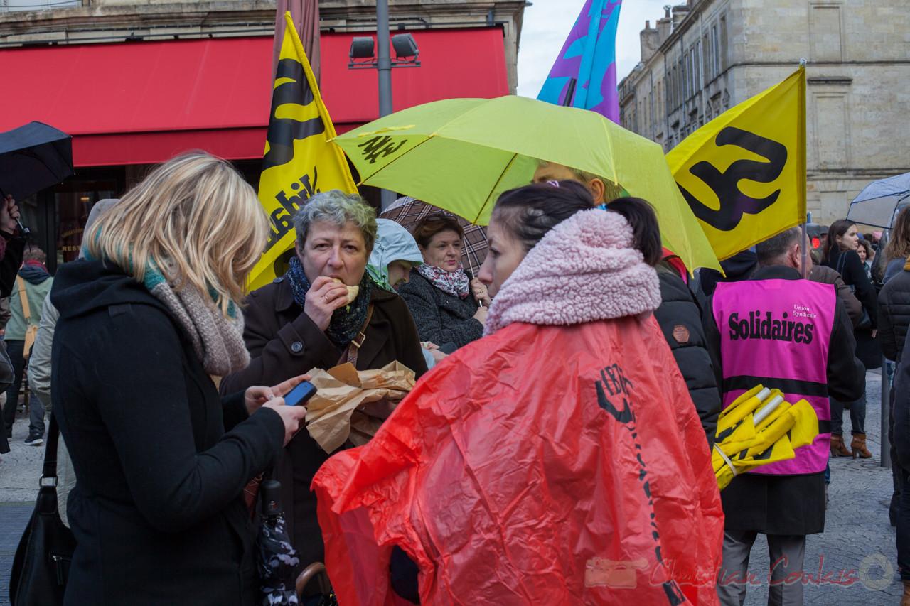 12h40, pause casse-croûte pour les syndicalistes Sud, place de la Victoire