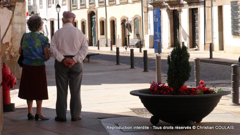 Couple de personnes âgées, dans la rue à Bragança, Portugal