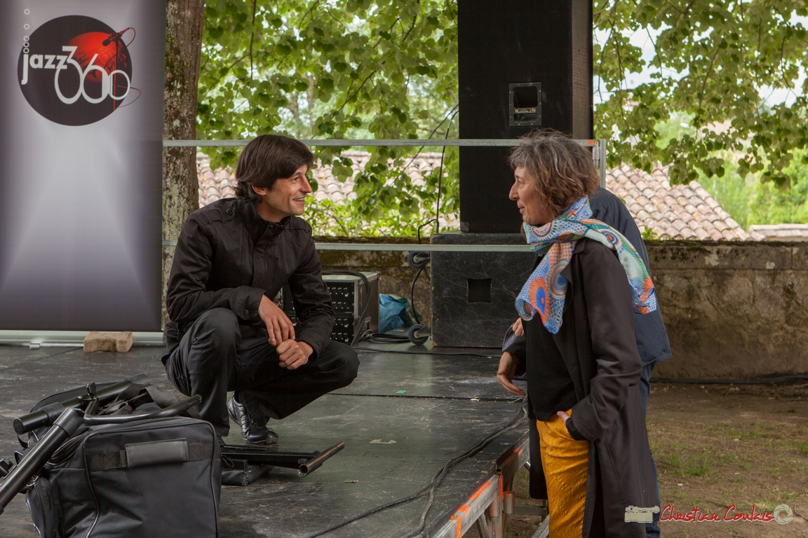 11/06/2016. Phil Gueguen échange avec une spectatrice qui a bien aimé sa musique, Camblanes-et-Meynac. Festival JAZZ360