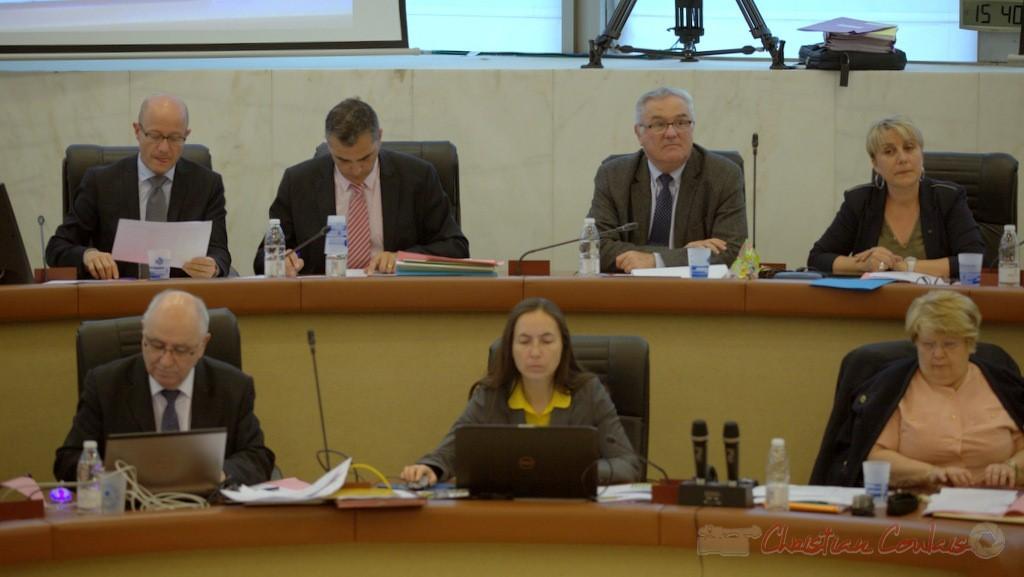 à gauche de Jean-Marie Darmian, Isabelle Dexpert, Jeunesse, culture, sport et vie associative, à sa droite Laurent Carrié, Directeur général des Services départementaux.