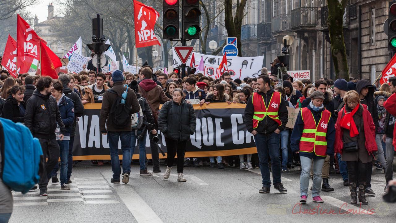 13h51, les syndicats ne sont pas en restent et débordent (un peu) les étudiants. Cours d'Albret
