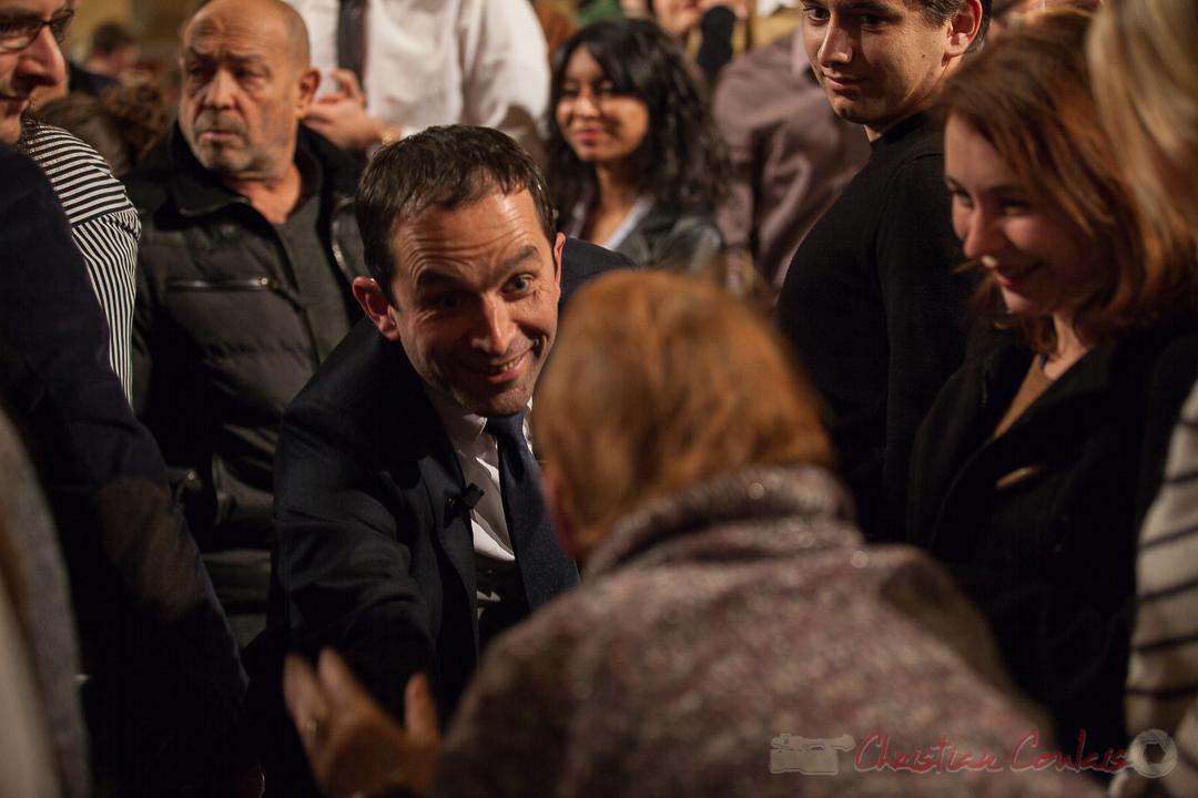 8 Benoît Hamon prend le temps de dialoguer avec une dame. Théâtre Fémina, Bordeaux. #benoithamon2017