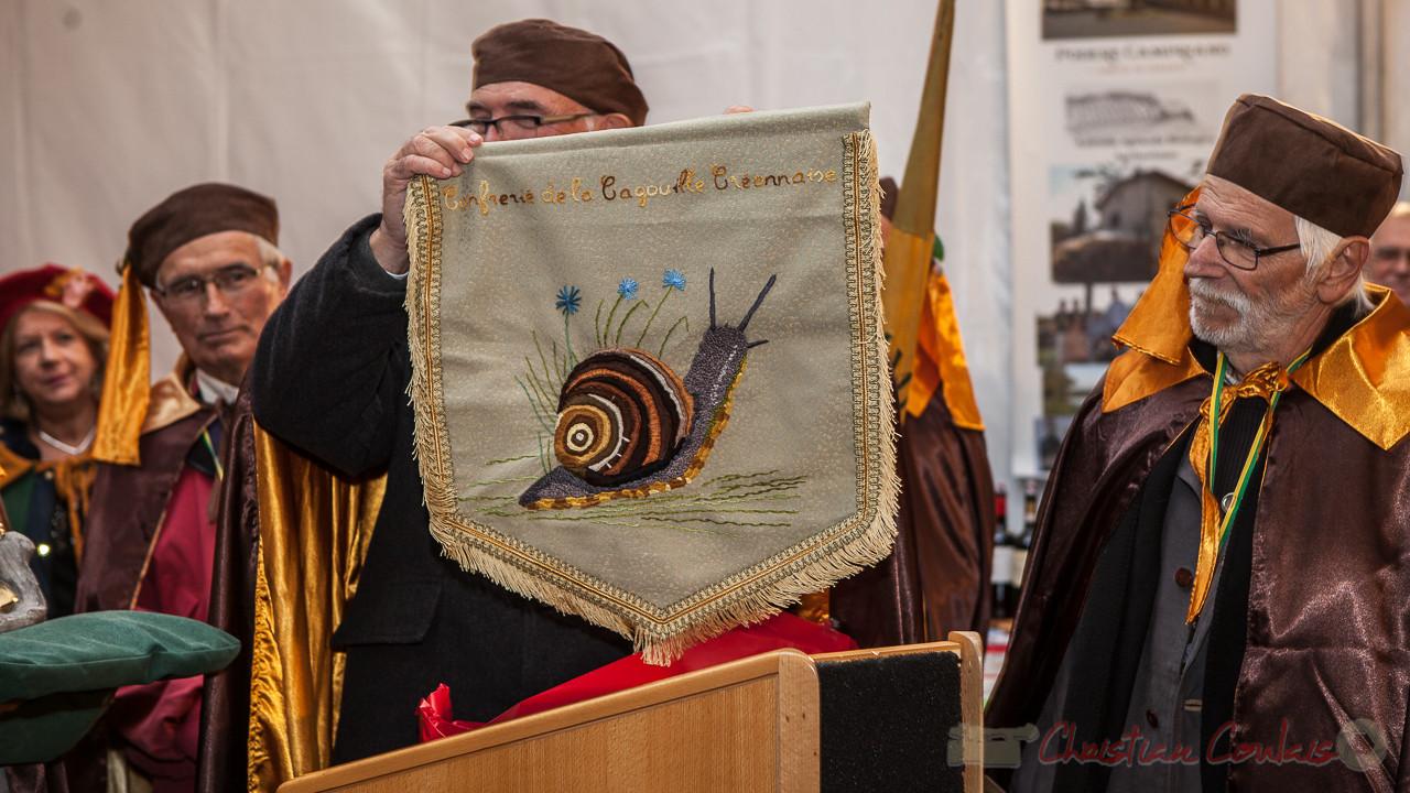 La Confrérie de la Cagouille Créonnaise reçoit une bannière brodée par Nelly Tardieu