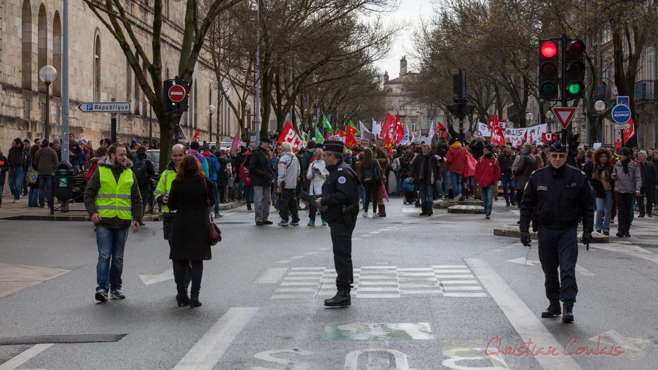 13h49, forces de l'ordre et services Trans'cub coordonnent l'avancement de la manifestation. Cours d'Albret
