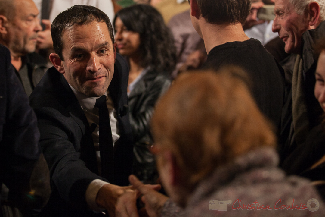 6 Benoît Hamon prend le temps de dialoguer avec une dame. Théâtre Fémina, Bordeaux. #benoithamon2017