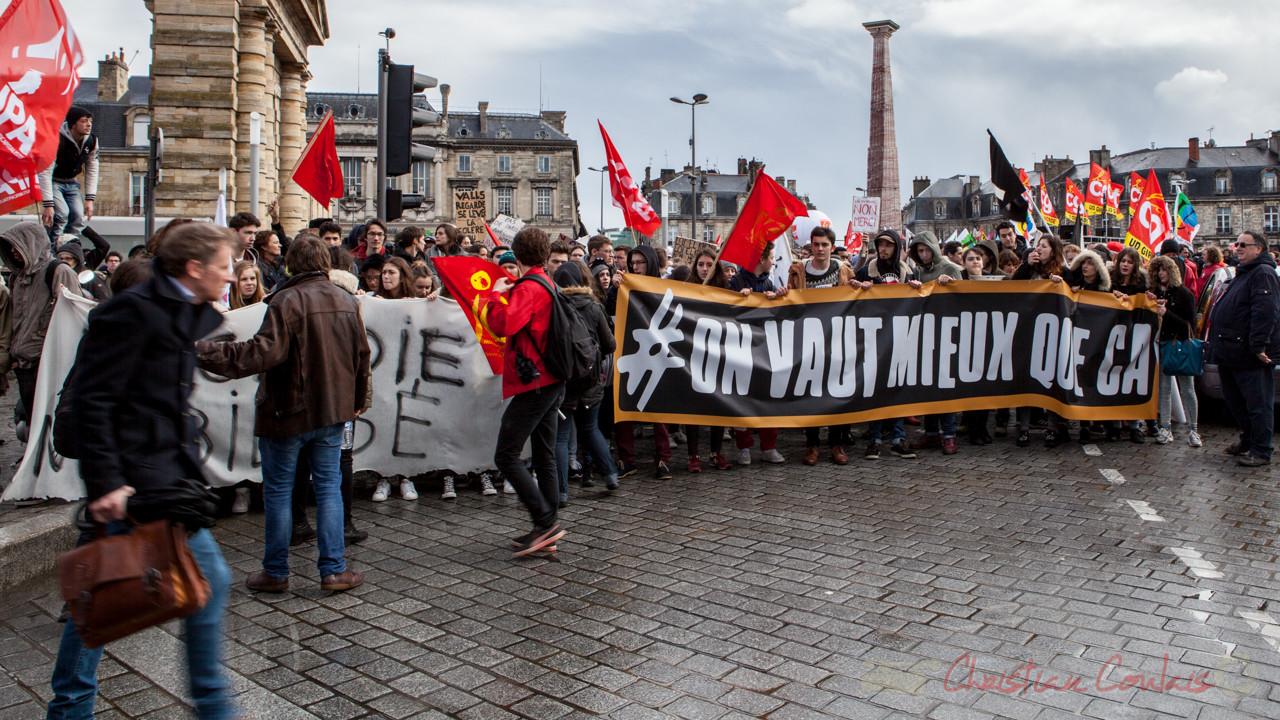 """13h16, la manifestation se met en ordre de marche, les étudiants en tête, """"on vaut mieux que ça"""", place de la Victoire"""